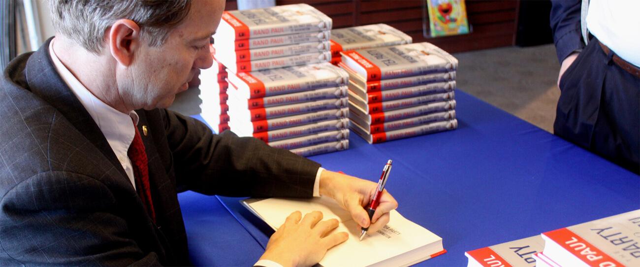 US-Senator Rand Paul signiert seine Autobiografie.