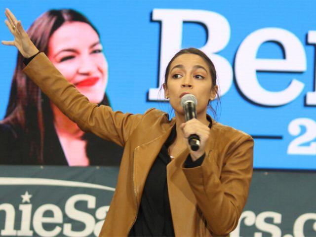 Kongressabgeordnete Alexandria Orcasio-Cortez hält eine Rede vor Sanders-Unterstützern in Iowa.