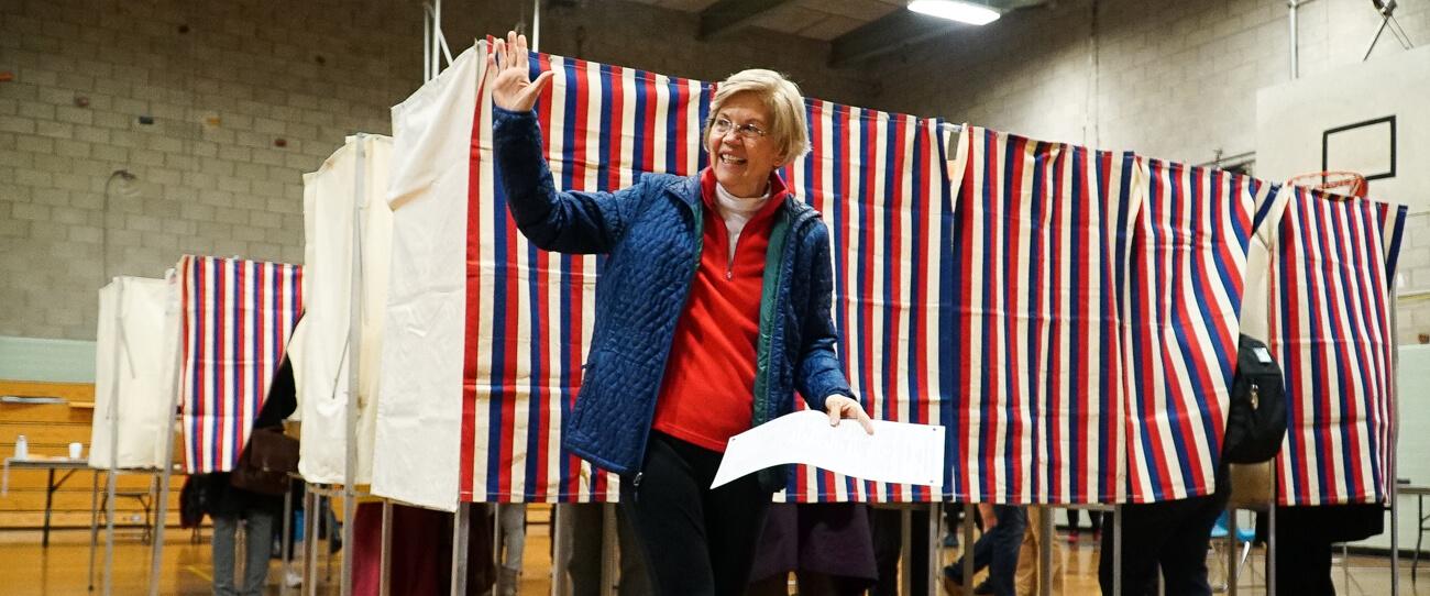 US-Senatorin Elizabeth Warren bei ihrer Stimmabgabe am Wahltag.