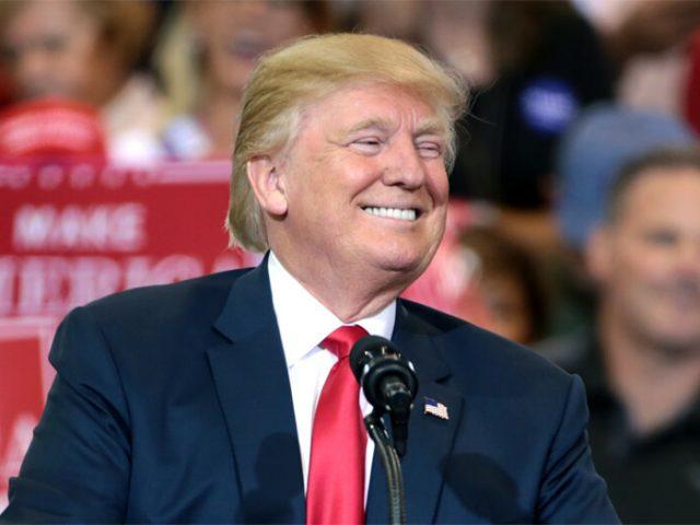 Donald Trump hält eine Rede vor Unterstützern in Arizona.
