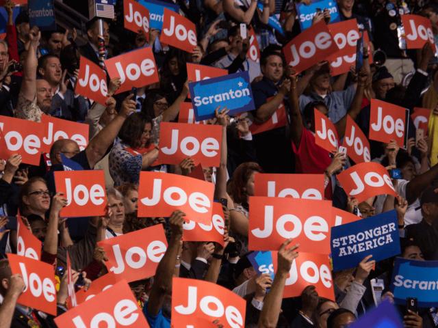 Zahlreiche Delegierte halten beim demokratischen Nominierungsparteitag 2016 Schilder für Joe Biden in die Luft.