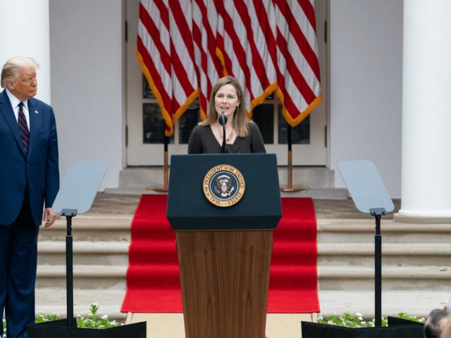 Donald Trump und Amy Coney Barrett bei ihrer Nominierung für den Supreme Court im Rosengarten des Weißen Hauses.
