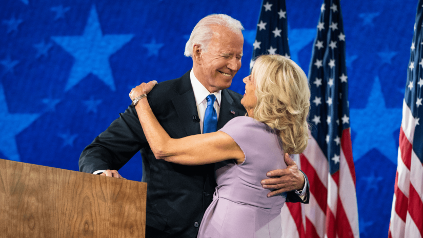 Joe Biden und seine Frau Jill feiern beim Nominierungsparteitag der Demokraten.