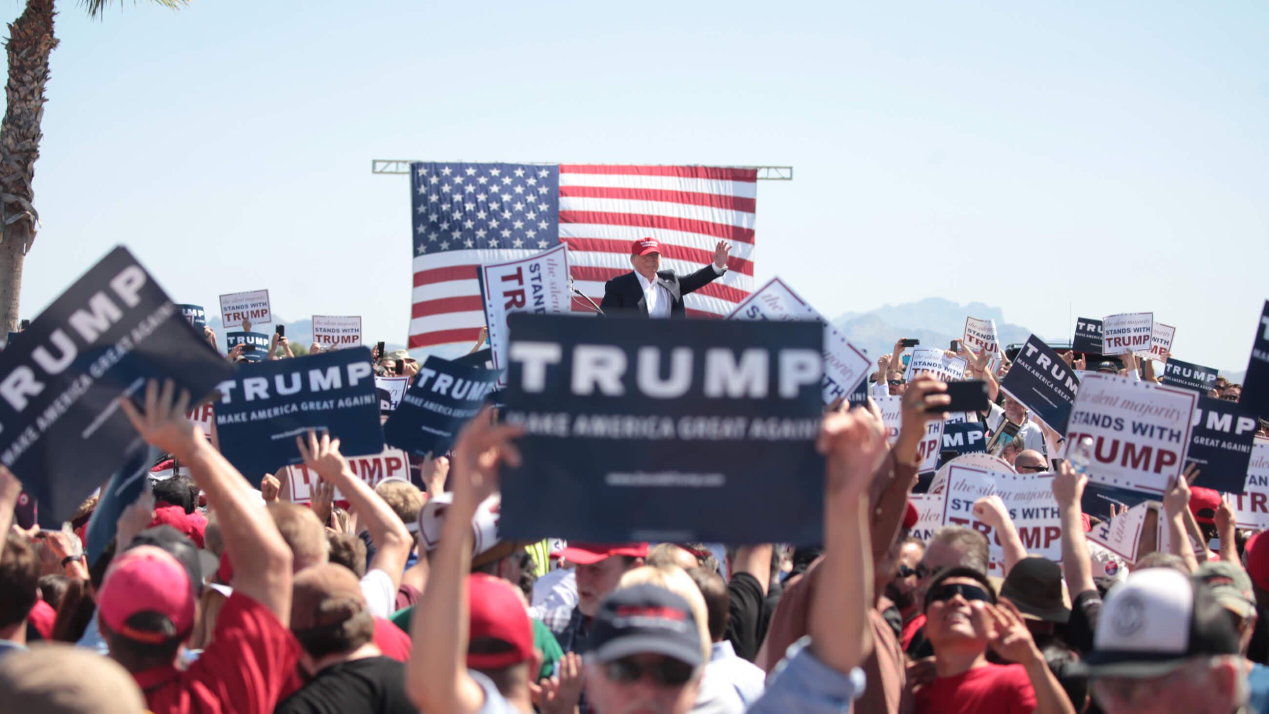 Donald Trump spricht zu Unterstützern in Arizona.