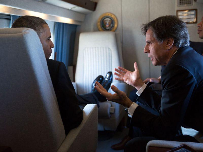 Tony Blinken und Barack Obama diskutieren an Bord von Marine One.