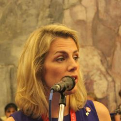 Sara Nelson spricht bei der Zivil-Luftfahrtkonferenz.