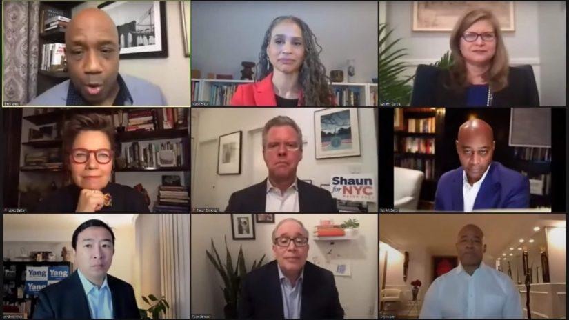 Moderiert von Errol Louis (oben links) nahmen acht Kandidat:innen für den Bürgermeisterposten New York Citys an der Debatte teil.