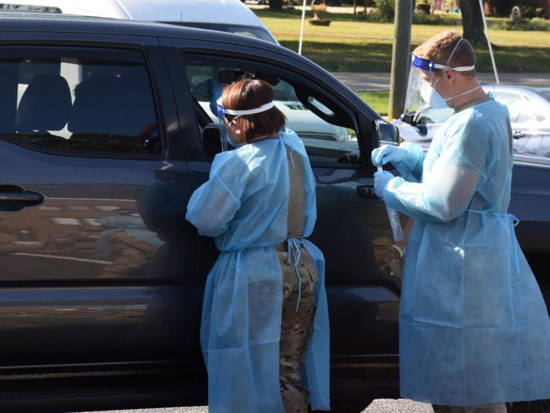 In Virginia testen Soldaten Verdachtsfälle in einem Drive-in auf Covid-19.