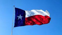 Eine texanische Flagge weht in der Stadt Waco.