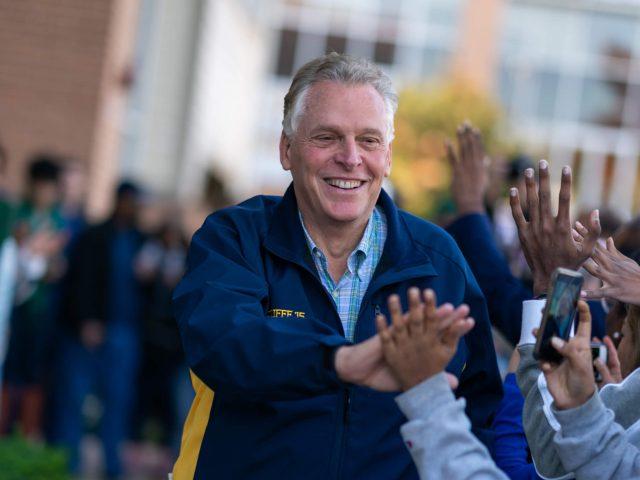 Terry McAuliffe begrüßt Unterstützer:innen bei einer Wahlveranstaltung für Joe Biden in Virginia 2019.